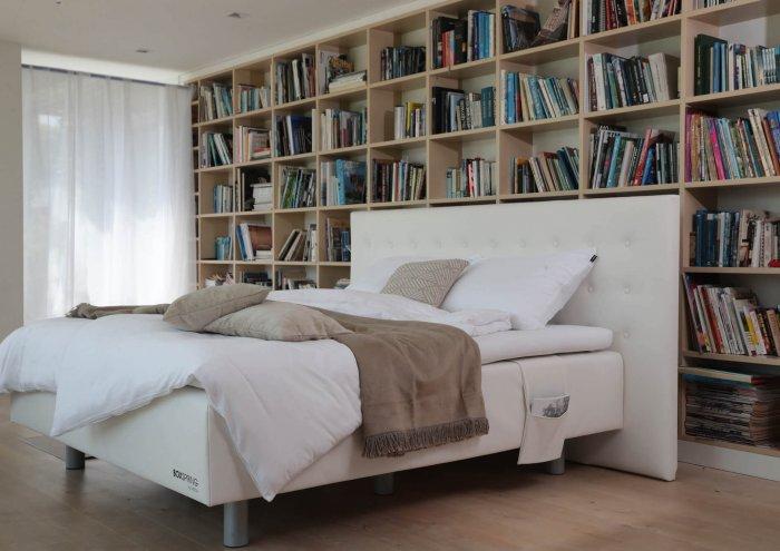 Postelja BoxSpring One. Visoka oblazinjena postelja z nadstandardno višino.