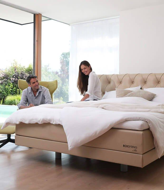 Boxspring modeli Air. Video s parom v spalnici in bež boxspring Air model. Kaj je boxspring postelja? Maremico postelje po meri za spanje brez bolečin. Zbudite se spočiti.