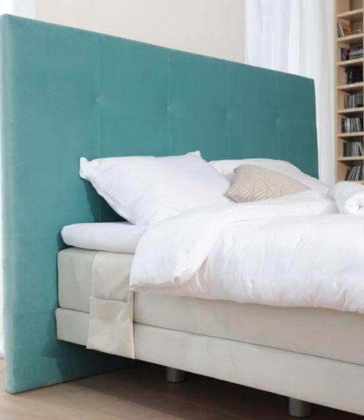 Boxspring postelja Lux model z oblazinjeno stranico. Masivne postelje - izdelava po meri. Vrhunsko ležišče - preprosto in hitro postiljanje. Maremico spalni center.